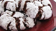 These chocolate crinkle cookies are one of my favorite holiday cookies. Their texture is very similar to brownies. Delicious Cookie Recipes, Yummy Cookies, Sugar Cookies, Dessert Recipes, Dishes Recipes, Quick Recipes, Cake Recipes, Yummy Food, Chocolate Crinkle Cookies