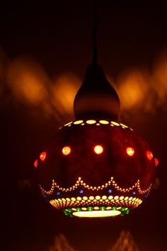 grow, then make a Gourd lamp! Diy Craft Projects, Fun Crafts, Projects To Try, Decorative Gourds, Gourd Lamp, Painted Gourds, Bohemian Decor, Wind Chimes, Christmas Bulbs