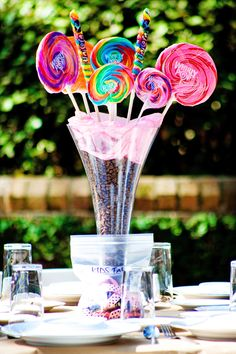 Centres de table pour un mariage ou une réception. On adore l'idée d'utiliser des sucreries et bonbons. Les couleurs sont acidulées!
