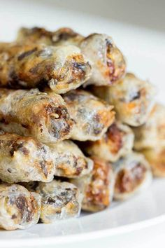 Vietnamese Fried Spring Rolls Easy Vietnamese Fried Spring Rolls - Filled with pork and prawn (shrimp) goodness, these spring rolls are lightly fried for a crispy, crunchy and flavour packed appetiser. Pork Recipes, Asian Recipes, Cooking Recipes, Shrimp Recipes, Cooking Tips, Orange Recipes, Asian Foods, Free Recipes, Vietnamese Fried Spring Rolls