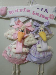 Delicadas cegonhas para porta de maternidade