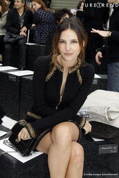 Très chic, Virginie Ledoyen attend sagement le défilé Chanel.