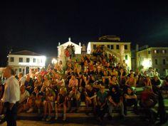 quant'è bello ascoltare i maestri della New School dalle gradinate naturali del ponte di Vigo a Chioggia