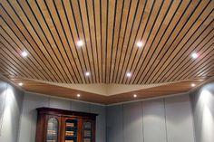 Houten systeemplafond  Voordelen: ziet er strak en mooi uit, makkelijk te reinigen. Nadelen: geluid weerkaatst.
