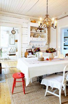 Vanhan hirsitalon ruokailutilassa pöytä on tehty vanhasta ovesta ja ompelukoneen jaloista. | Unelmien Talo&Koti Kuva: Joonas Vuorinen Toimittaja: Hanna Sandström