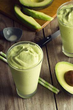 Rezept - Cremiger Avocado Chlorella Smoothie - 1 Avocado, 1 Banane, 1/2 Salatgurke, 1 Handvoll Babyspinat, 175 ml Wasser oder Milch (Ihrer Wahl), 1-3 Teelöffel Purewell BIO Chlorella Pulver. Avocado und Banane schälen und in Stücke teilen. Salatgurke kleinschneiden und Babyspinat waschen. Alle Zutaten mit 1 bis 3 Teelöffel Purewell BIO Chlorella Pulver in den Mixer füllen. Den Mixer kurz auf kleiner Stufe starten, dann alles auf höchster Stufe cremig pürieren. Guten Appetit!