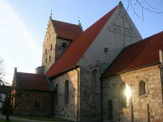 S:t Nicolai kyrka i Simrishamn. Östra Tommarps kyrka. Kyrkan byggdes 1857 i nygotisk stil på samma plats som en tidigare medeltida kyrka från 1100-talet. Man behöll då tornet, men år 1888 revs det och ersattes av nuvarande torn.  Föregående kyrkobyggnad var under medeltiden klosterkyrka för Tommarps kloster som tillhörde premonstratensorden.