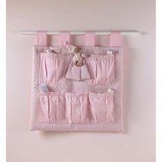 Portaoggetti+rosa+da+appendere+ - Un+portaoggetti+in+tessuto+rosa+da+appendere+alla+parete+