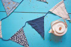 Raikkaan valkoinen teekannu kruunaa kodin arjen ja juhlan.