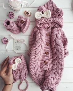 Step by step Guide on how to learn how to make a crochet bodysuit for very sim . Knitted Baby Clothes, Knitted Romper, Cute Baby Clothes, Baby Jumpsuit, Baby Dress, Baby Knitting Patterns, Baby Patterns, Baby Coming Home Outfit, Baby Set