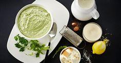 Hak persille og rucola i en foodprocessor. Tilsæt rygeost, mælk og piskefløde og kør til en helt grøn, lind dressing. Smag til med muskat, citronskal, salt og peber. Så er dressingen klar. ..