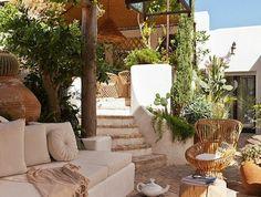idee-amenagement-jardin-avec-meubles-d-extérieur-en-bois-pour-le-jardin-de-style-rustique