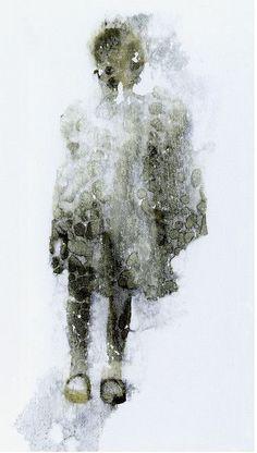 Première communion -  Helene Bruderlein Travail sur la surface photographique pour obtenir un effet fantomatique de cette petite communiante.