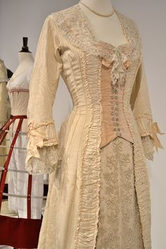 Jennelise: Movie Costumes,Portrait of a Lady. The lace is exquisite. 1880s Fashion, Victorian Fashion, Vintage Fashion, Vintage Couture, Gothic Fashion, Fashion Beauty, Women's Fashion, Fashion Design, Historical Costume