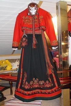 Hel Øst telemark bunad fra Liv Grete Lauvlid systue   FINN.no Finnish Women, Scandinavian Folk Art, Folk Clothing, Costume Design, Traditional Outfits, Norway, Diva, My Style, Womens Fashion