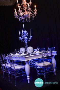 Arañas, candelabros, mesas espejadas con patas torneadas, sillas tiffany..