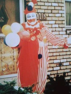 """Serial killer John Wayne Gacy stands outside of his Chicago home dressed as his alter ego """"Pogo"""" the clown, circa Joker Clown, Creepy Clown, Creepy Facts, Harley Quinn, Famous Serial Killers, Sick, Horrible Histories, Horror, Evil Clowns"""