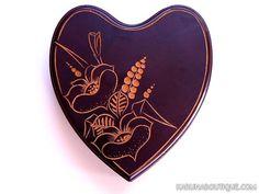 Une boîte en bois, en forme de coeur, gravée main de motifs floraux. - Artisanat équitable