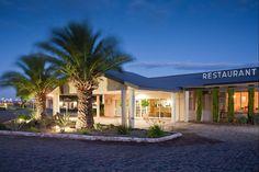 Die gewilde en bekende Wagon Wheel Country Lodge is gerieflik geleë net langs die N1, net 1km van die Karoo-dorp Beaufort-Wes. Hierdie instansie word as ideale oornagverblyf op die N1-hoofroete tussen Kaapstad en Johannesburg beskou. Bespreek vandag jou plek met ReisGenoot.co.za! Beaufort West, Cheap Rooms, Church Camp, Area Restaurants, Wagon Wheel, Cape Town, Lodges, Popular, Mansions