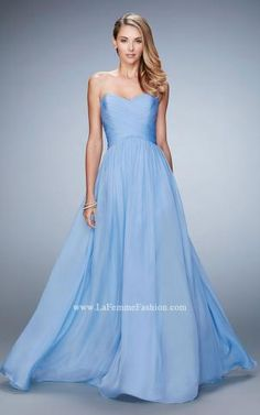2020 designer prom dresses with many different fabrics, silhouettes, and colors. Our greatest selection of different silhouettes, from simple prom dresses in Jersey to beautiful ball gowns to make your prom dance unforgettable. Chiffon Dress, Strapless Dress Formal, Dresser, Knee Length Bridesmaid Dresses, Blue Bridesmaids, Classy Fashion, Fashion Fashion, Fashion Shoes, Party Fashion