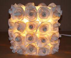 Lampara reciclada con una botella de plástico y flores