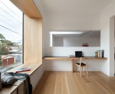 This window seat in a home in Melbourne, Australia, designed by Pleysier Perkins. Photography by Brendan Finn This window seat in an apartment in South Korea, designed by AND. Bay Window Living Room, Window Benches, Window Seats, Window Sill, Window Ledge, Room Interior Design, Window Design, Design Case, Home Decor Bedroom