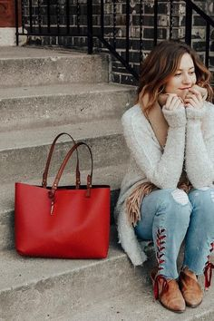 Weekend ready tote bag in our favorite shade of red. via@ katelyn_now