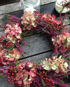 Diy Christmas Ornaments, Christmas Art, Christmas Wreaths, Christmas Decorations, Diy Flowers, Flower Decorations, Dried Flower Wreaths, Floral Chandelier, Deco Wreaths