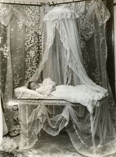 Beautiful Victorian post-mortem portrait of baby - Heavenly Lace Momento Mori, Victorian Photos, Victorian Era, Photographie Post Mortem, Post Mortem Pictures, Post Mortem Photography, Creepy Photography, Vintage Pictures, Images Vintage