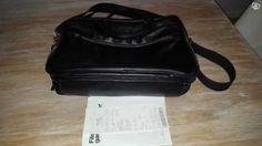 Väska i skinn med fyra stora fack med blixtlås. Innehåller en ficka med blixtlås innanför och plats för fem kort och pennor. Kvitto bevis finns.