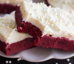 Ínycsiklandó vörös bársony süti kockák krémsajtos bevonattal…mindez egy nagyon egyszeű recepttel - MindenegybenBlog