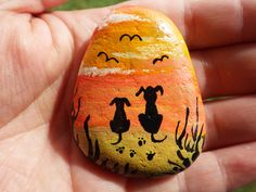 rock art of a couple of dogs on the beach, birdwatching in the sunset.painted rock art of a couple of dogs on the beach, birdwatching in the sunset. Painted Rock Animals, Painted Rocks Craft, Hand Painted Rocks, Pebble Painting, Pebble Art, Stone Painting, Rock Painting Ideas Easy, Rock Painting Designs, Dog Paintings