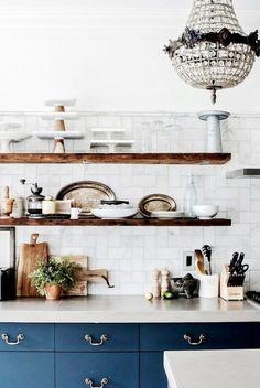 Cocina, la parte de arriba así con sólo estanterías, las puertas azules y marble countertop