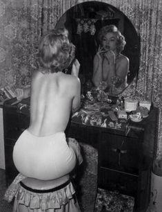 Marilyn Monroe Vanity Table | Of course Marilyn Monroe had a dressing table! The image below is Jean ...