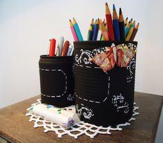 Pronta Entrega. <br> <br>Kit com duas latas decoradas Chalkboard com Arabescos, pintura em tinta fosca na cor Preto e arabescos e tag pontilhada na cor Branco. <br>Aplicação de viés na cor Preto na parte superior, acompanha uma linda borboleta em resina com ímã e duas unidades de giz na cor Branco para você personalizar à vontade. <br> <br>Medida da lata pequena:9,5 cm alt x 6,5 cm larg <br>Medida da lata grande: 12 cm alt x 10 cm larg <br> <br>Decorar com peças recicladas transforma o meio…