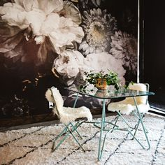 floral wallpaper. office inspiration Cozy Living Rooms, Home And Living, Dark Master Bedroom, Happy Long Weekend, Butterfly Chair, Mural Art, Wood Shelves, Decor Interior Design, Wedding Decorations