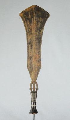 Grand couteau, 61.5 probablement YAKOMA, Sango, Ngbandi ou un peuple de la même région Bois et métal Etat correct Statues, Art Premier, Art Africain, Vase, Lighting, Correct, Weapons, Home Decor, African