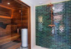 Tarkkaan harkittu vihreän ja kuparisten yksityiskohtien liitto muodostaa tyylikkään lopputuloksen! Mikäli vierailet Asuntomessuilla, suosittelemme lämpimästi tutustumaan tähän upeaan kotiin Jämerä Salmiakki, kohde 30 IG @artbeinghart / IG @2020messukoti! #kylpyhuone #sauna #kylppäri #kylpyhuoneremontti #tilanjakaja #saunaovi #suihku #virheä #kupari #kattosuihku #tapwell #hietakari