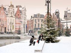 La bella ciudad de Gante vive de una manera especial las fechas navideñas. Se viste de gala desde el 4 de diciembre hasta el 3 de enero y quienes la visiten en estas fechas disfrutarán, además de la calurosa acogida de los ganteses, de un mercadillo con más de 130 puestos, una noria gigante y un castillo medieval encantado.