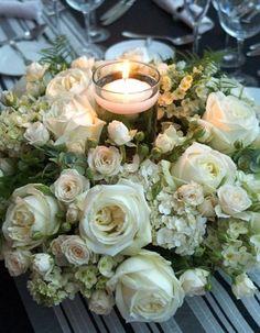 Centro de mesa vela rodeada por flores