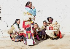 Tibetische Sitten und Gebräuche werden Ihnen zu Beginn Ihrer Tibet-Reise eventuell etwas kompliziert erscheinen, sich an ein paar Regeln zu orientieren wird Ihnen jedoch viel Respekt der Einheimischen entgegenbringen.  Dennoch wird kein Tibeter von Ihnen erwarten, alle Regeln zu kennen und unsere Reisebegleiter werden Ihnen in schwierigen Situationen gern die wichtigsten Punkte erläutern. Vorab möchten wir Ihnen einen kleinen Überblick verschaffen.