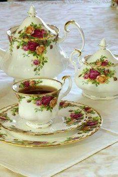 my tea set~ Royal Albert Old Country Roses Royal Albert, Café Chocolate, China Tea Sets, Teapots And Cups, My Cup Of Tea, Tea Service, Vintage Dishes, Vintage Teacups, Vintage China