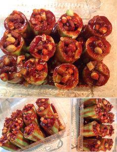 Pepinos rellenos de cacahuate y clamato