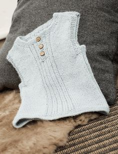 Slipoveren er enkel, strikket i glat og med riller på midten og i siderne. Og du kan jo strikke den i præcis den farve, du synes passer bedst til din baby