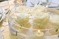 Les bougies flottantes dans des vases ou autres contenants, petits ou grands, avec ou sans fleurs, permettent de décorer les centre de tables sans trop de complication et le rendu est superbe. Qui a prévu ce genre de déco ?