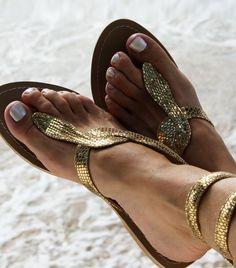 Altın rengi yılan motifli sandalet