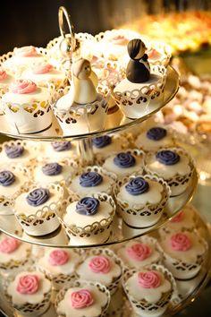 Cupcake de casamento na torre com  noivinhos para tornar seu casamento mais chamoso !!!!