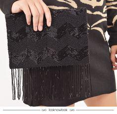 Clutch bordada com paetês e aplicação de franjas em um look glamouroso. #moda #acessórios #clutch #bolsa #brilho #paetê #detalhes #look #outfit #ootn #fashion #details #ellus #shop #lojaonline #ecommerce #lnl #looknowlook
