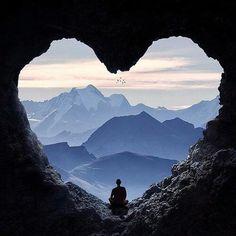monje-en-una-cueva-forma-corazon resiliencia