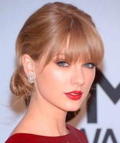 Taylor Swift& Modern Chignon - Celebrity Hair Ideas For Holiday Parties - S. Taylor Swift Red Lipstick, Taylor Swift Rot, Style Taylor Swift, Taylor Swift Makeup, Taylor Alison Swift, Taylor Swift Updo, Taylor Taylor, Holiday Hairstyles, Celebrity Hairstyles